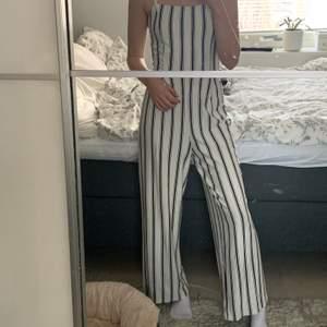 Säljer nu min fina mjuka vit och svart randiga jumpsuit från Berska 🤍 den är använd 1 gång så den är som ny! Jag är 161cm lång men den passar även någon upp mot 170cm. Det är bara att skriva för fler bilder eller info ☺️