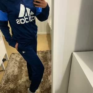 Min snygga äkta adidas dress (byxor&koftan) är nu till salu! Köpt ifrån adidas affären på junior avdelning. Denna dress är endast använd ett få tal gånger för att koftan är lite för stor på mig och jag är ca 160cm lång. Super bekväm att ha på sig, unisex och hur snygg som helst🌸 Köparen står för frakten📩
