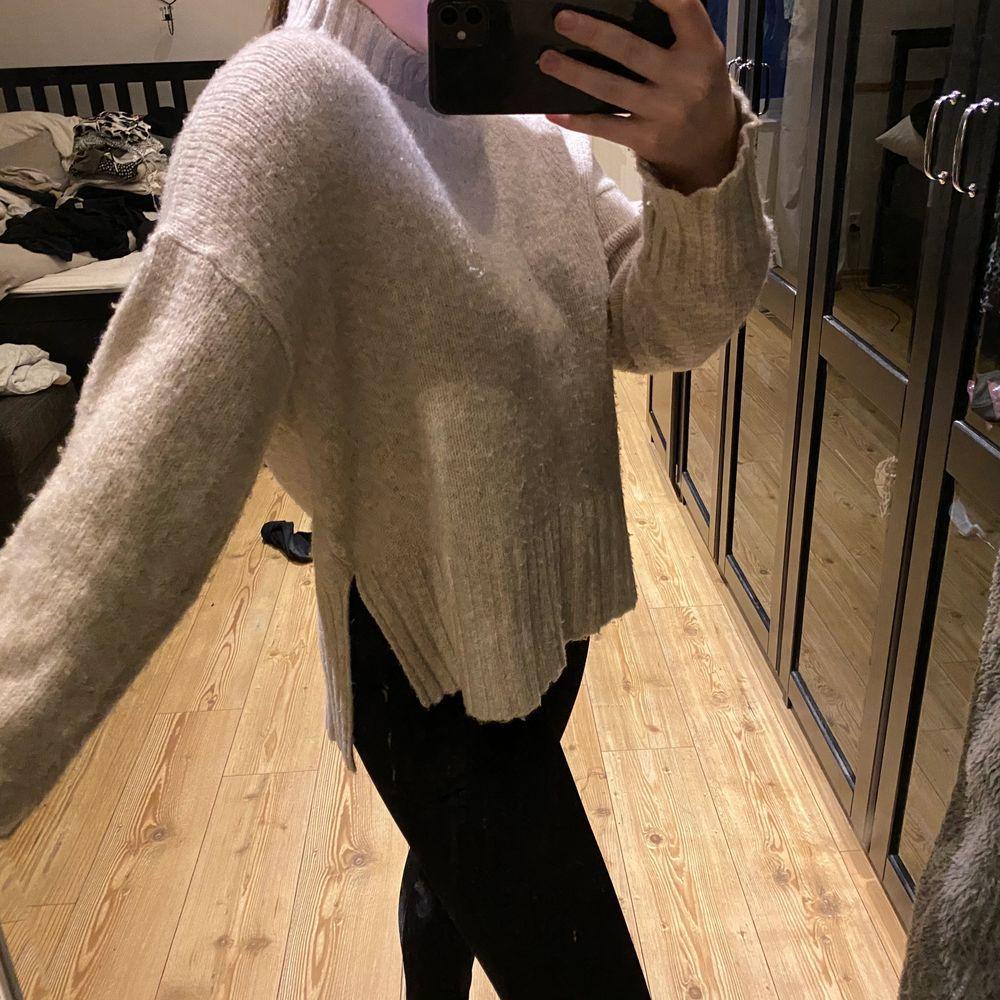 Supermjuk och härlig tröja med slits ❤️ nopprig men lätt att ta bort med rakhyvel! . Tröjor & Koftor.