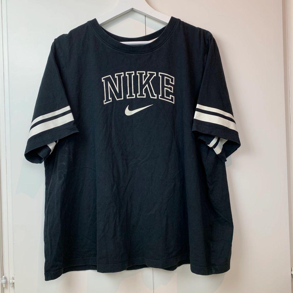 Svart spellout t-shirt från Nike, sitter som XL. Fint skick. . T-shirts.