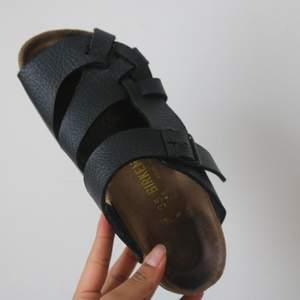 Birkenstock sandlar I storlek 35, passar även 36. Använda. Sulan är gott skick som ni ser på bild 3. Skorna är väldigt bekväma. De går att använda inomhus så väl som utomhus. Köpta för 900 kr