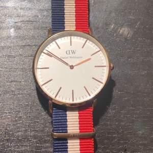 Säljer en äkta Daniel Wellington klocka för 119kr! Orginal priset är 1399kr. Inga skador på klockan. Klockbanden på andra bilden är ej äkta och ett säljs för 20kr.