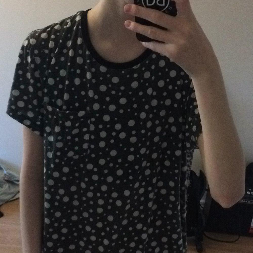 Tshirt köpt på solo i gbg  prickig. T-shirts.