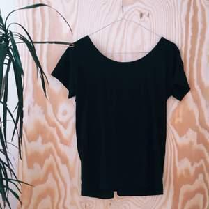 T-shirt med låg knuten rygg köpt på Nelly.com, från mbyM.