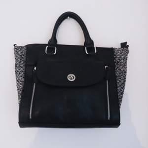 Aldrig använd handväska från Kappahl. Svart fejkskin med stickade detaljer. ✨