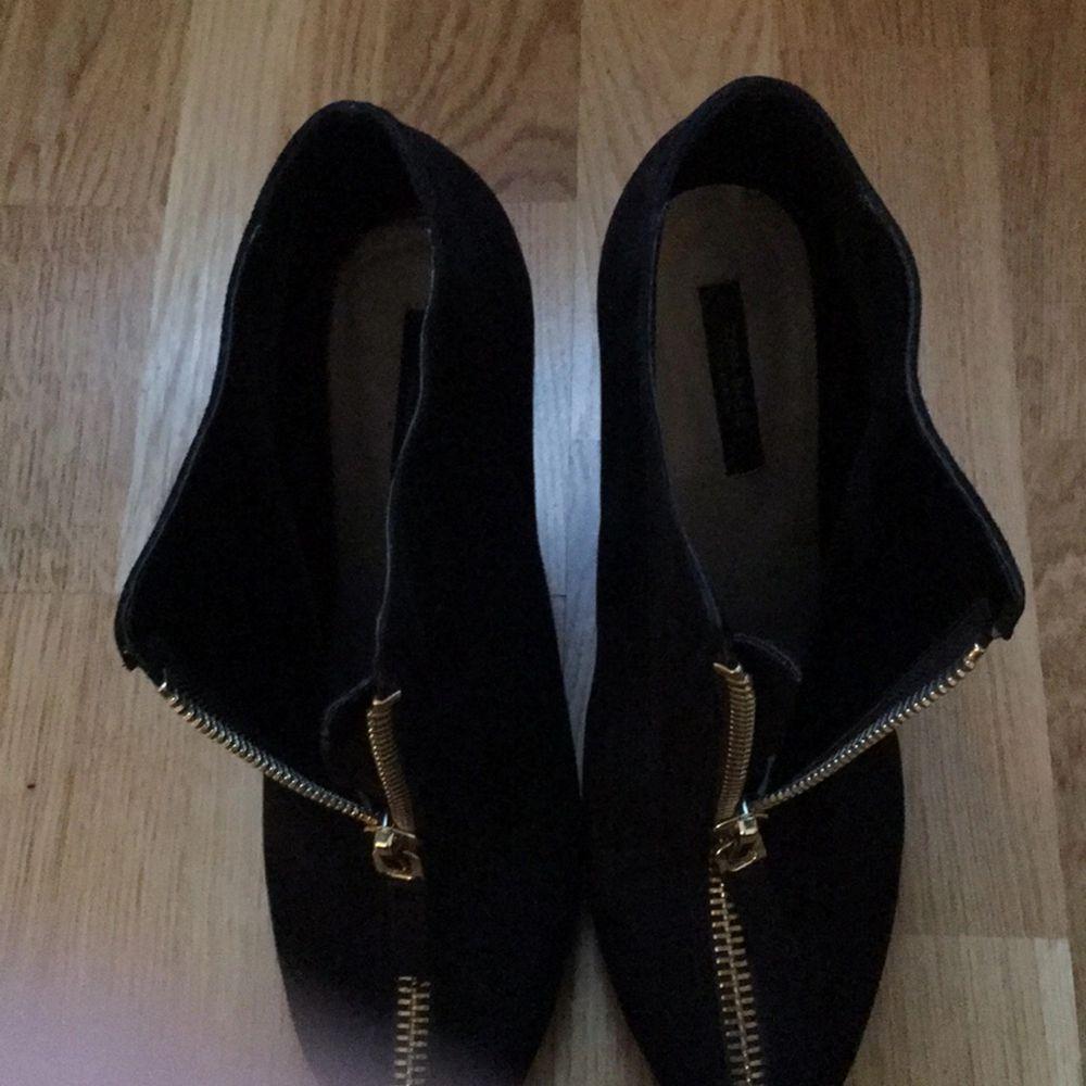 Stövletter med stilettklack, svart mockaimitation, storlek 41. Guldfärgad dragkedja. Från Zara.. Skor.