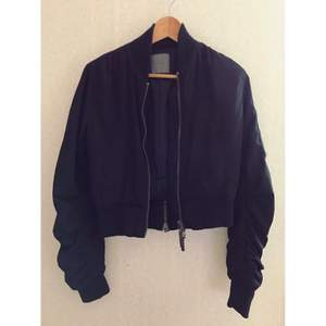 Black Bomber Jacket från THE LOCAL FIRM. Som ny. Nytt pris 1999kr.