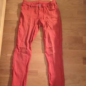 Röda byxor från dr. Denim. Extremt sköna!
