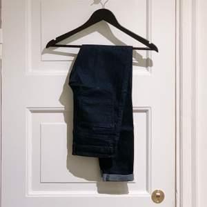 Mörkblå jeans med stretch och mörka sömmar. Supersköna, men för små och ligger bara i förrådet. Stl S. 📦 Swish gäller. Möts / köpare står för frakt. Djurfritt & rökfritt hem.