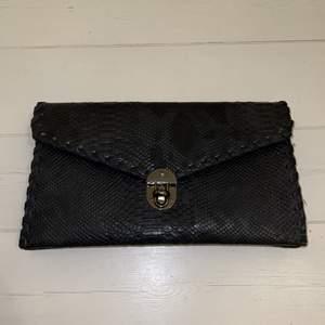 Superfina kuvertväska 👛 som är oanvänd! Pris: 179kr                   Har flera inte fack, och ett band så man kan ha den över axeln.