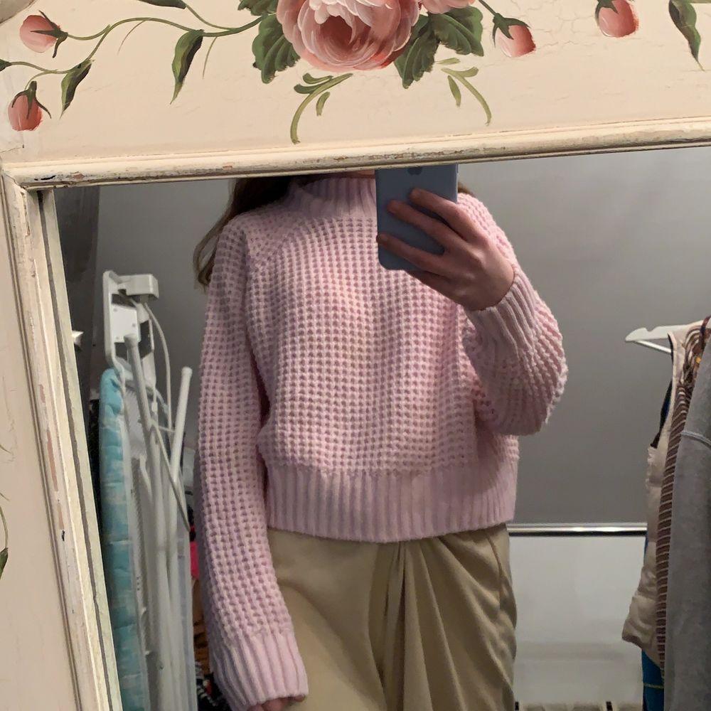 säljer denna stickade tröja från h&m, riktigt mysig o mjuk, stick inte. köparen står för frakten 🤍. Stickat.