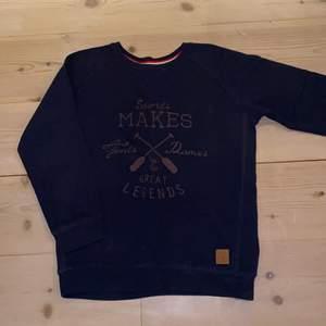 """Jättecool marinblå sweatshirt/collegetröja med brunt tryck, i mjukt och bekvämt material.💙🤎 80% cotton/bomull och 20% polyester. Bra skick. Säljer pga för liten och för kort i ärmarna. (Jag är XS/S och den är 160). Från Lager 157 """"iconic sport"""". DM vid Intresse/frågor/fler bilder.❣️ (Det kan du göra här under där det står """"kontakta""""). Avhämtning på Södermalm eller frakt till självkostnadspris.:)"""