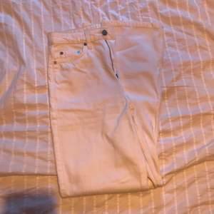 Vita weekday row jeans, bokstavligen använda 1 gång förra året, säljer pga någon annan gör säkert dessa rättvisa och använder dom mer än mig!