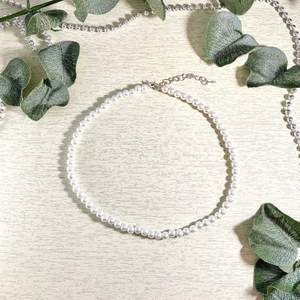 Superfint pärlhalsband gjort utav glaspärlor, längden är 38cm + 4cm förlängning 🤍