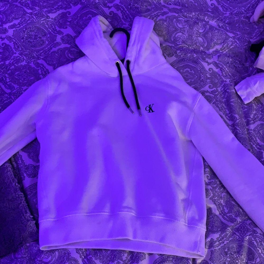 Jätte fin Calvin Klein tröja i stl s men använder tyvärr inte längre, har inte använt så många gånger så tröjan är i bra skick! Ordinarie pris 600 mitt pris 200 + frakt . Tröjor & Koftor.