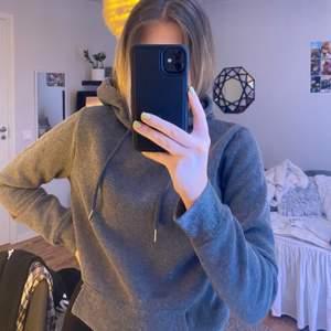 Grå superskön hoodie, säljer då jag har massa i samma färg & denna är knappt använd, frakt tillkommer!