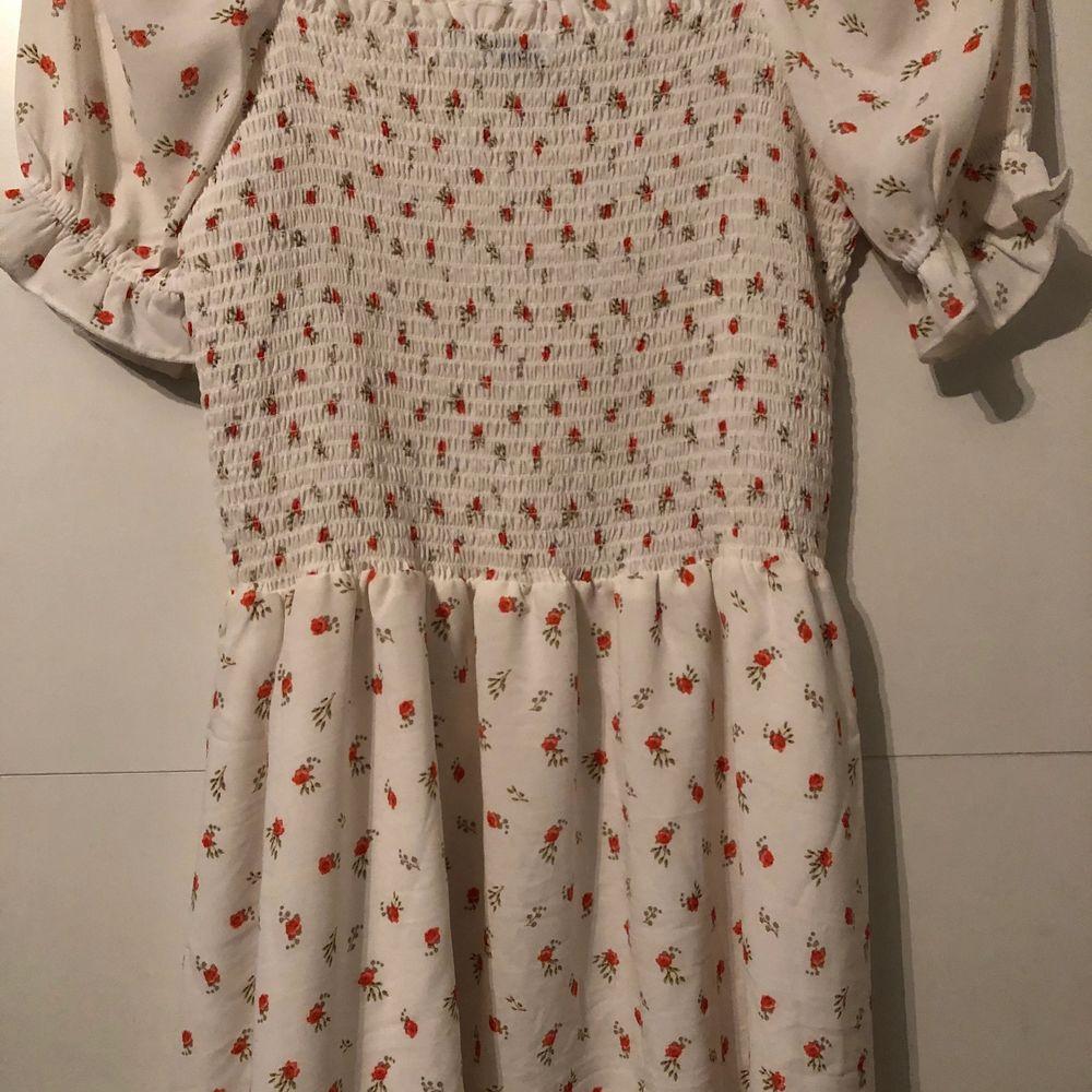 Säljer världens sötaste klänning från NAKD då jag tyvärr inte passar i den längre. Storlek S. Endast använd 1 gång så i väldigt bra skick. Säljer för 175kr. Frakt ingår ej💕. Klänningar.