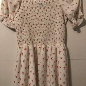 Säljer världens sötaste klänning från NAKD då jag tyvärr inte passar i den längre. Storlek S. Endast använd 1 gång så i väldigt bra skick. Säljer för 175kr. Frakt ingår ej💕