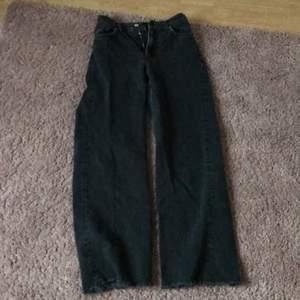 Svart/gråa byxor i hyfsat bra skick, passar dom som är ca 156-160