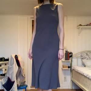 Galet snygg klänning som är sparsamt använd och skulle passa perfekt med exempelvis ett bälte. Materialet är jätte fint. Swipa för fler bilder eller skicka frågor💛