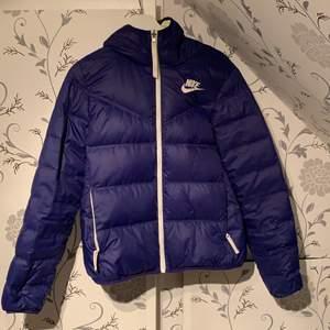En lila jacka från Nike,går att vända så den är gul lila eller hel lila. Storlek S och en superbra vår/höst jacka!💜Jättebra skick!!!