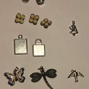 Dessa berlock kan jag göra till örhängen armband eller halsband. Har kedja i silver, svart och guld. Det är bara att fråga om bild. Jag har även tråd i glansigt svart, svart brun, läder brun det kan man självklart ockå fråga om bild. Har även örhängen i silver, svart och guld. Dem 2 silvriga berlockerna kan man ha som dem är eller så kan jag lägga dit en bild:) EDIT: fågeln är såld