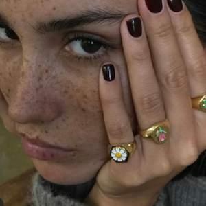Säljer dessa sjukt fina, populära ringarna!!!🌼🤩💓 Guldpläterat material med 18k guld✨  Begränsat antal i lager!!🌷  NU ENDAST 110:- (frakt tillkommer) Endast den med vit blomma kvar nu!!☀️ (Guldpläterat betyder att det yttersta lagret på ringen är i guld, inte att hela ringen är i guld) Såg andra annonser som säljer samma ring som rekomenderar att ta genomskinligt nagellack på ringen för att pläteringen ska sitta bättre.