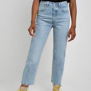 Säljer dessa levis jeans i storlek 24 som motsvarar XS. Nypris 1000kr och de är knappt använda då jag växt ur de, säljes för 250kr + frakt🤍