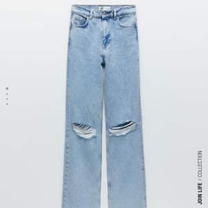 Populära zara jeansen med hål på knäna, i nyskick och prislapp kvar! Avklippta för någon som är runt 155-163 😊