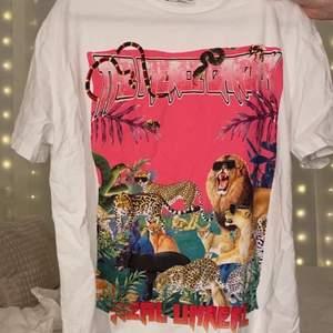 Vit oversized t-shirt med ett superfint tryck. Aldrig använd! (OBS den är inte struken på bilden)🥰