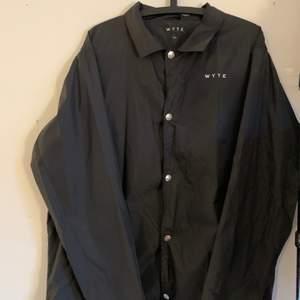 stilren oanvänd coachjacket från wyte, storlek XL. alla kläder tvättas och sprayas med washologi innan de skickas🍄