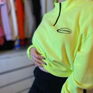 Neongul oversized tröja i stl L, trendig och bekväm samt med charmig passform.