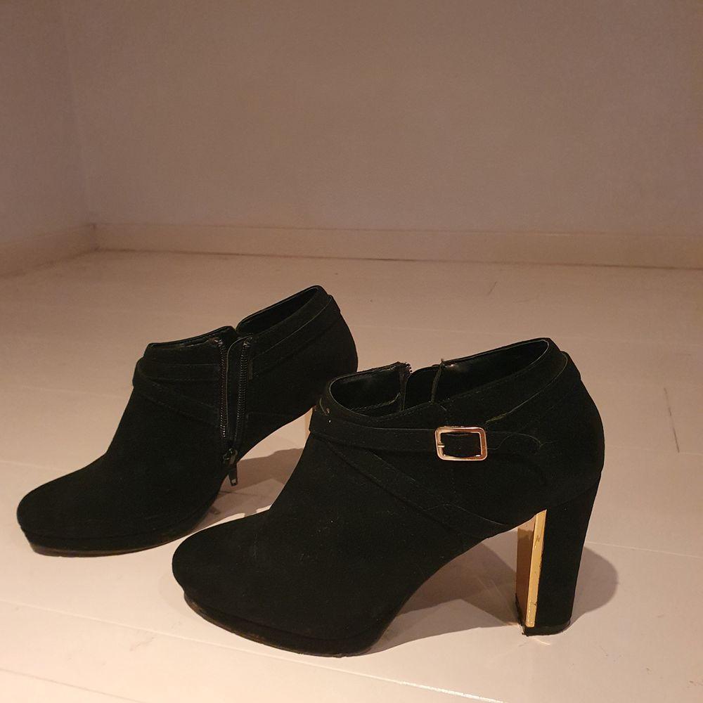 Stövletter I svart och guld från New Look, storlek 39.. Skor.