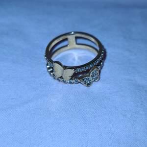 Guld platerat ring med fjärilar, är osäker på storlek. OBS lådan i bilden medföljer ej