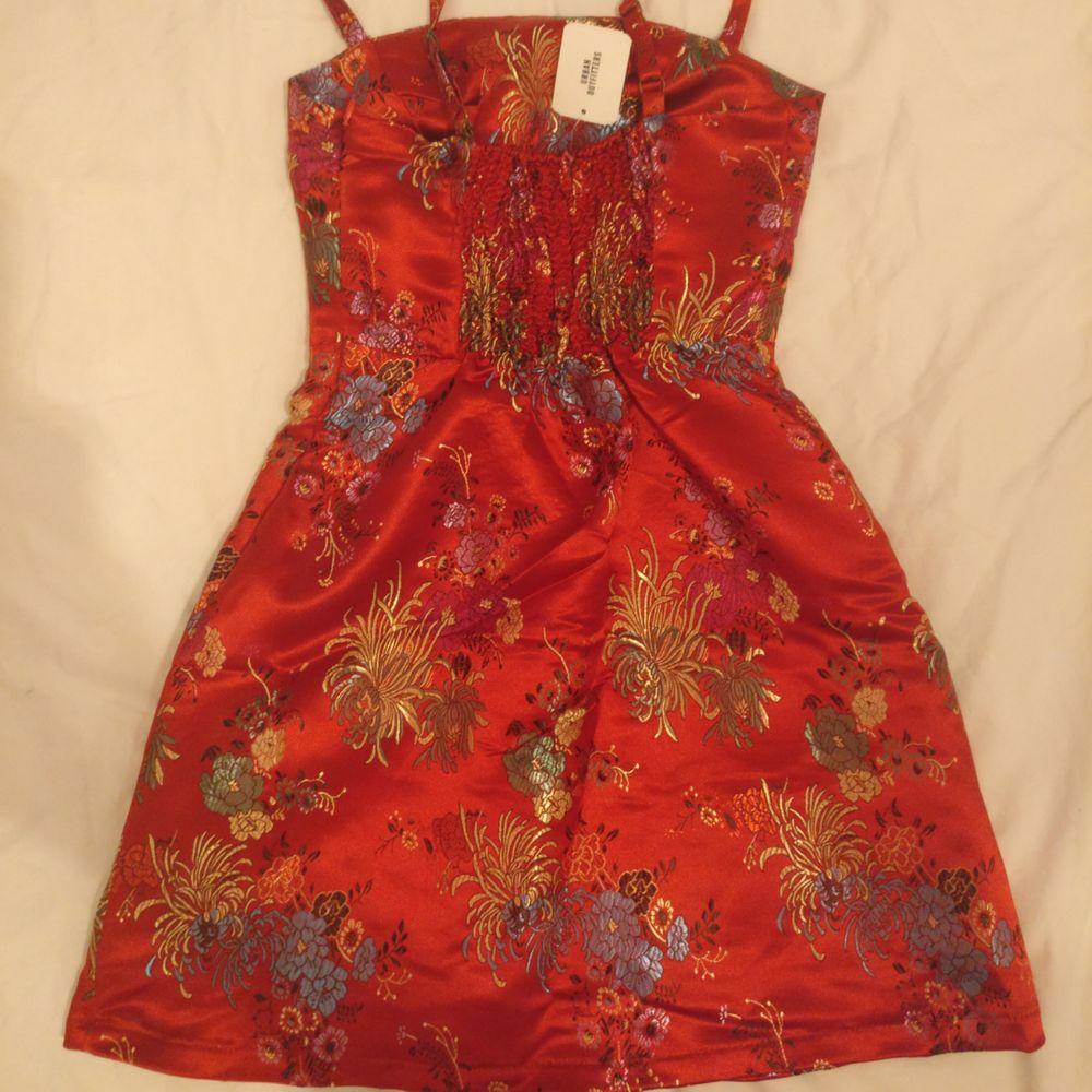 Kort klänning från Urban Outfitters  Aldrig använd lappen sitter fortfarande kvar  Storlek XS  Köparen står för eventuell frakt. Klänningar.