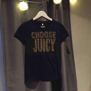 Mörkblå t-shirt från Juicy Couture, köpt i USA, knappt använd, säljs på grund av att den aldrig används.