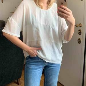 Oversized T-shirt med lite grunge känsla då den är medvetet sliten. Frakt: 42kr. ✨ samfraktar gärna med andra produkter jag säljer!