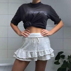 En mysig kjol från märket American Eagle Outfitters som inte finns i Sverige! Den passar både som en vinterkjol eller till sena sommarkvällar. Går att knyta i midjan så passar egentligen vilken storlek som helst!