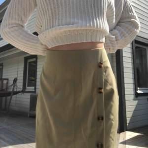 Helt oanvänd kjol från shein. Själv har jag storlek xs så den här är för stor. Frakt tillkommer💚ps. Säljer även tröjan!!