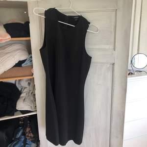 Snygg klänning i lite tjockare material, super snygg nu till hösten med en tröja under!🌷