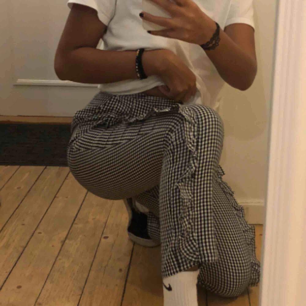 Supeeerfina byxor köpta på NAKD.com Sitter jättefint och har en perfekt längd (jag är 1,64)  Älskar dem men då jag behöver pengarna säljer jag dem. Fraktkostnad tillkommer 😊. Jeans & Byxor.