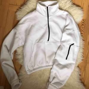 Vit zip up med svarta dragkedjor. Säljer pga har för många tjocktröjor :) frakt ingår.