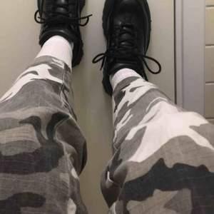 Camouflage-byxor, köpta second hand. Knappt använda. Högmidjade med resår i midjan, och svarta dragkedjor på nedresorna av benen. Fickor på sidorna. Skriv för mer bilder! Kan mötas upp i Göteborg/köparen står för frakten🥰