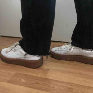 Säljer mina vita puma skor då dom inte kommer till användning längre. Skulle säga att dom är en 36,5.