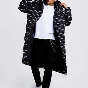 Säljer mina långa varma jacka. Minns att totalbeloppet blev runt 900kr inkl frakt. Använd Max 10 gånger förra vintern. Säljer för 600