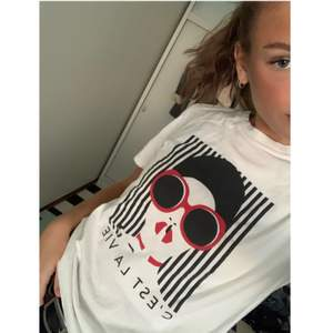 Cool t-shirt med tryck. Använd en gång! Levereras och köparen står för frakt. Plagget ska betalas innan det skickas iväg! Storlek S.