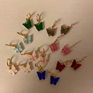 Skit snygga fjärils örhängen i olika färger! 50kr st. Frakt tillkommer. Ljusrosa, ljusblåa och vita är sålda