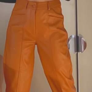 Väldigt snygga byxor från Gina tricot, endast provade. Köpte för 499kr säljer för 299kr