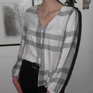 En tunn skön skjorta i storlek S/34 från Mango. Bara använd en gång men säljer nu då den är lite för kort i ärmarna. Det är lite glittrigt silver tråd i mönstret 🥰