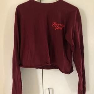 Långärmad röd tröja från carlings. Märket stay. I storlek M men är liten i storleken. Trycket är beverly hills. Köparen står för frakten.
